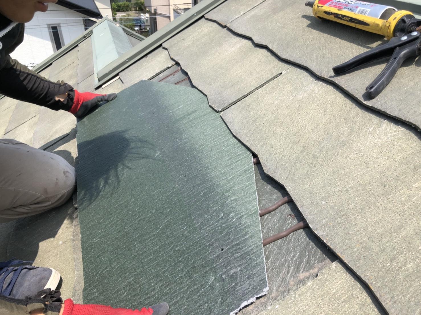 台風の影響でひび割れたスレート屋根を差し替えている様子