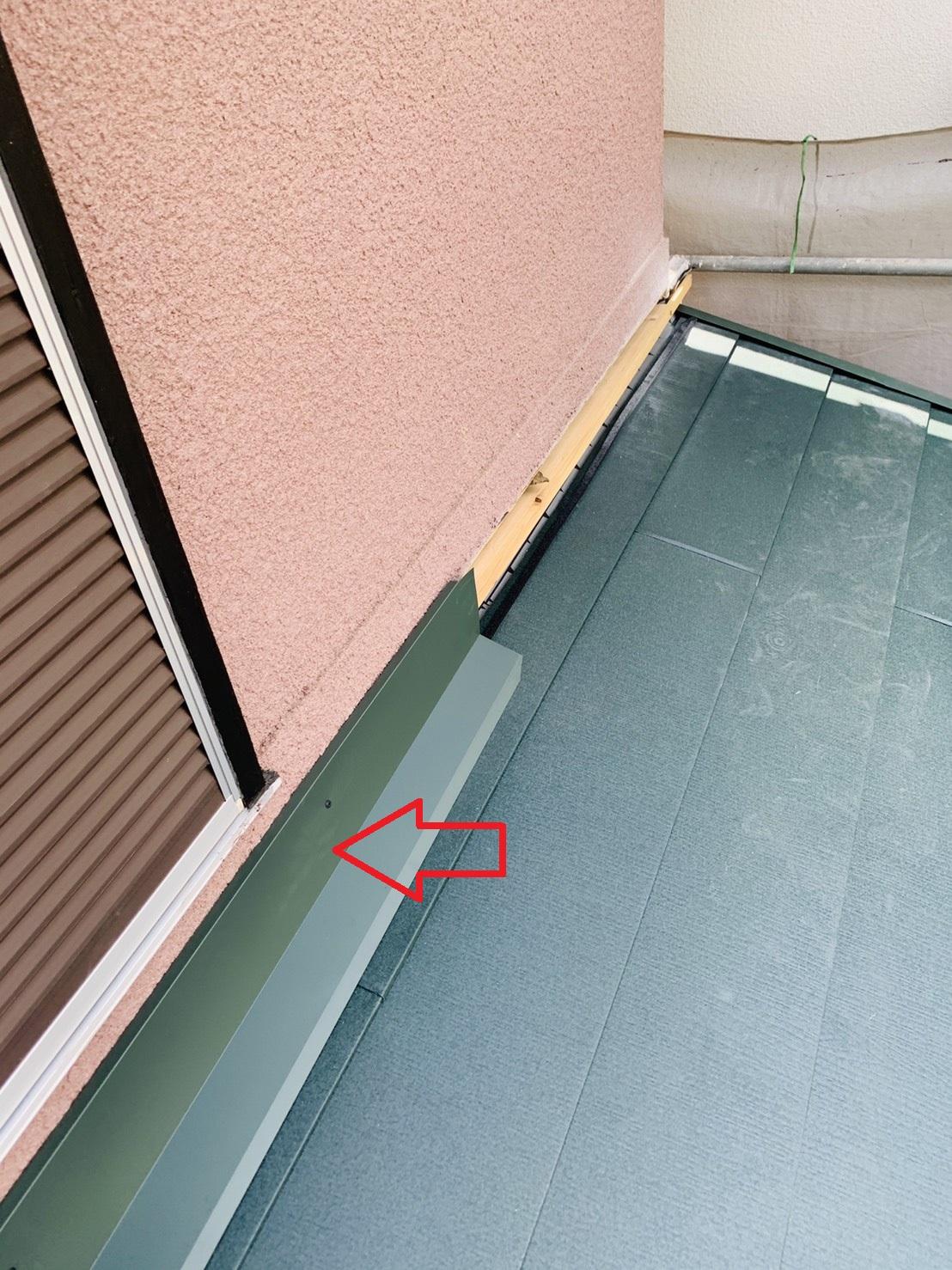 屋根葺き替え工事で下屋根の壁際に板金を取り付けた様子
