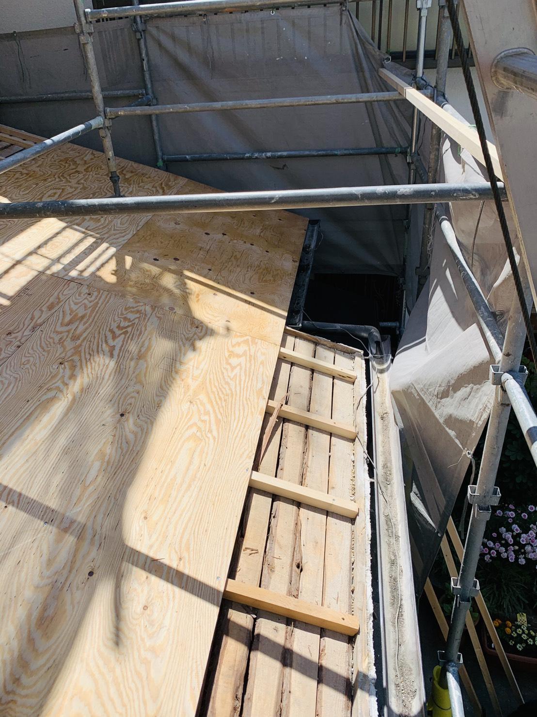 加古川市での瓦屋根葺き替え工事で下地用合板を貼っている様子