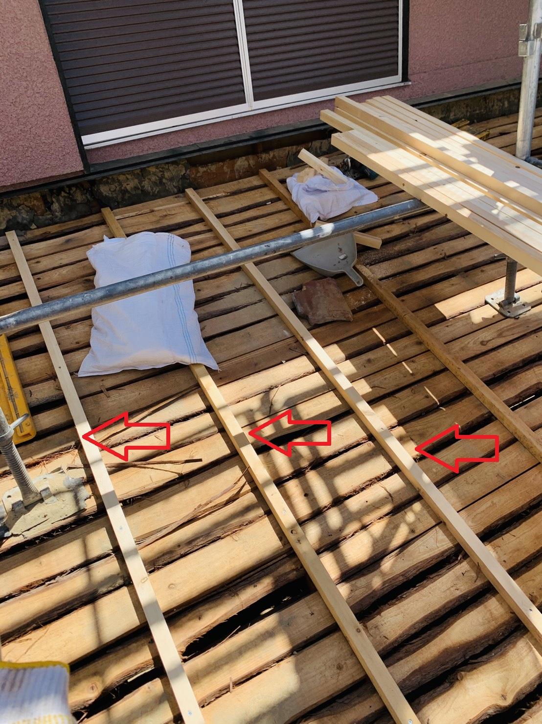 加古川市での瓦屋根葺き替え工事で下地となる垂木を取り付けた様子