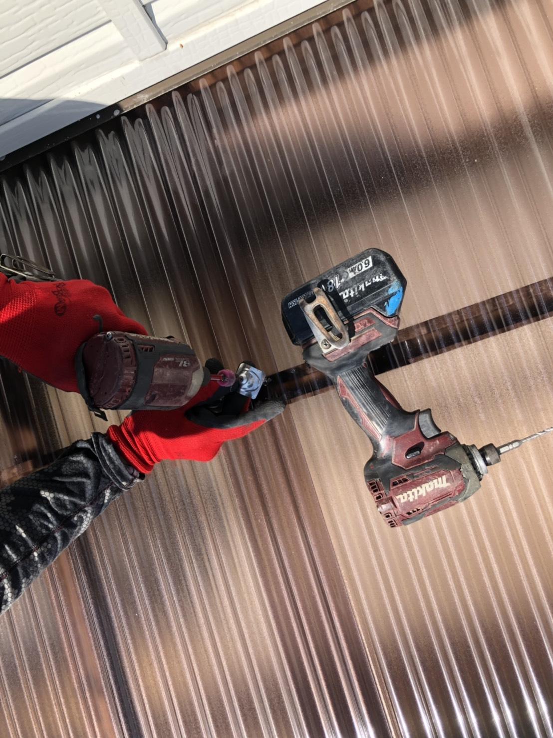 三木市でベランダ屋根に使用する波板をステンレスのビスで固定している様子