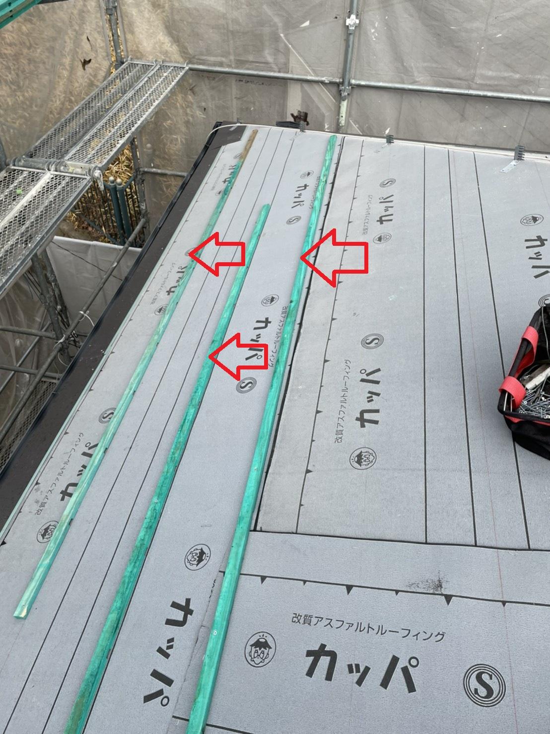 加古郡稲美町での屋根工事で瓦桟を取り付けている様子