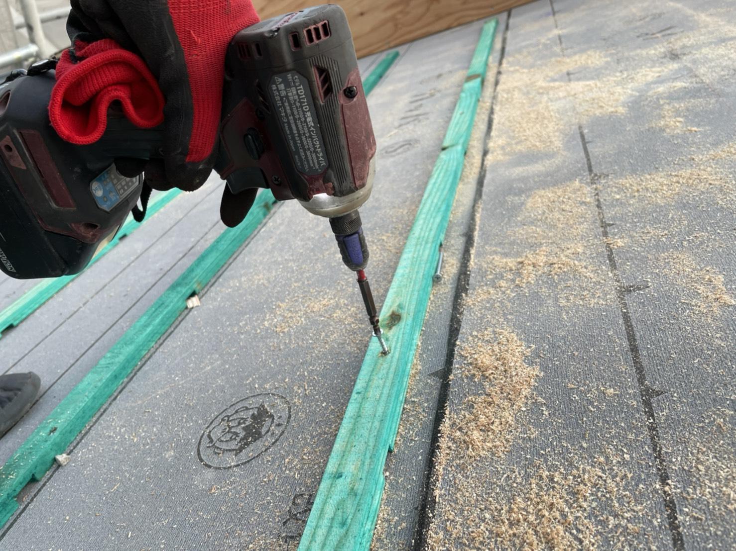 加古郡稲美町での屋根工事で瓦桟をビス固定している様子