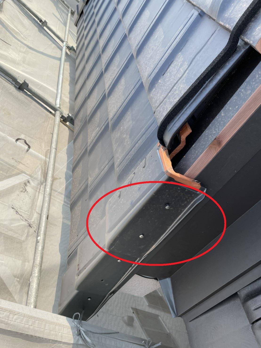 加古郡稲美町での屋根工事で袖瓦を取り付けている様子
