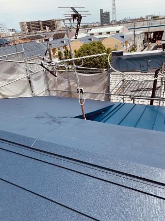 耐久性の高いガルバリウム鋼板屋根の様子