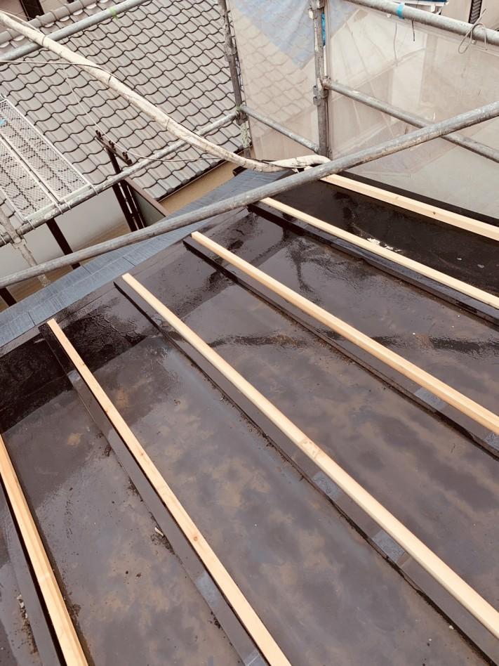 下地をしているトタン屋根の様子