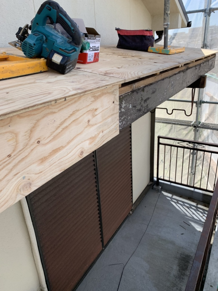 破風板に下地用合板を貼っている様子