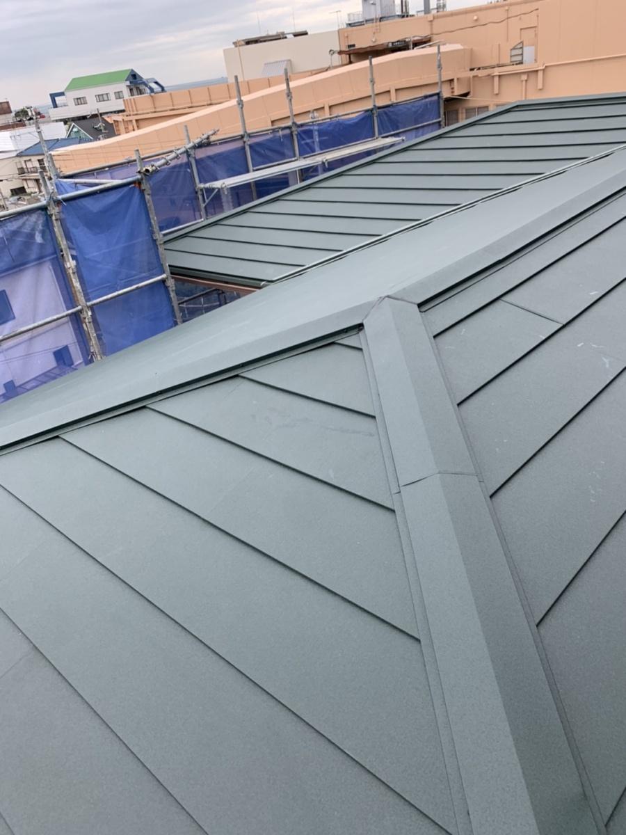 大屋根をカバー工法で仕上げた様子