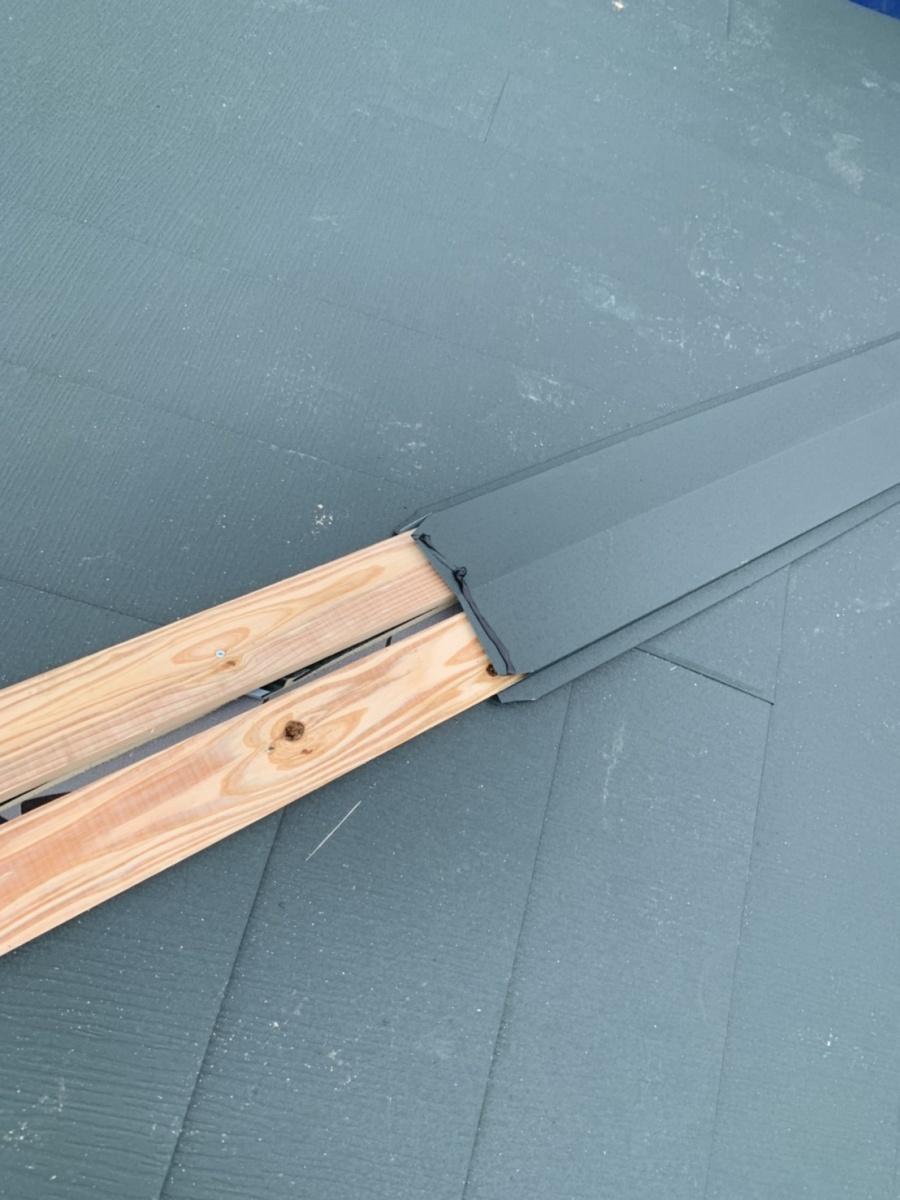 神戸市垂水区での金属屋根葺きで棟板金を取り付けている様子