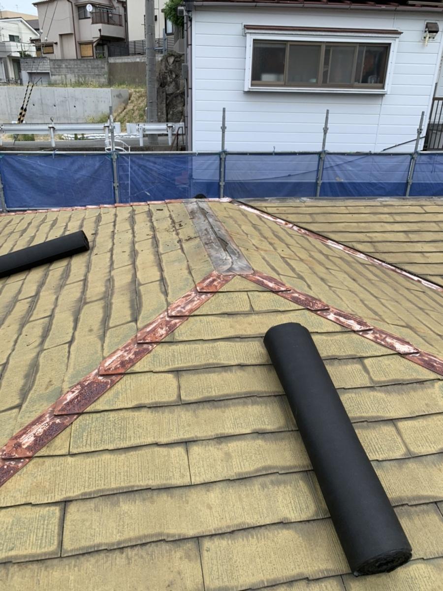 防水シートを屋根の上に上げた様子