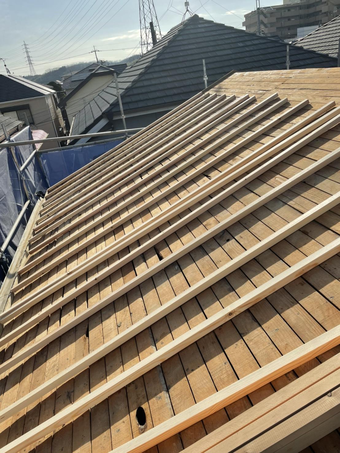 神戸市垂水区での屋根下地工事で垂木を配っている様子