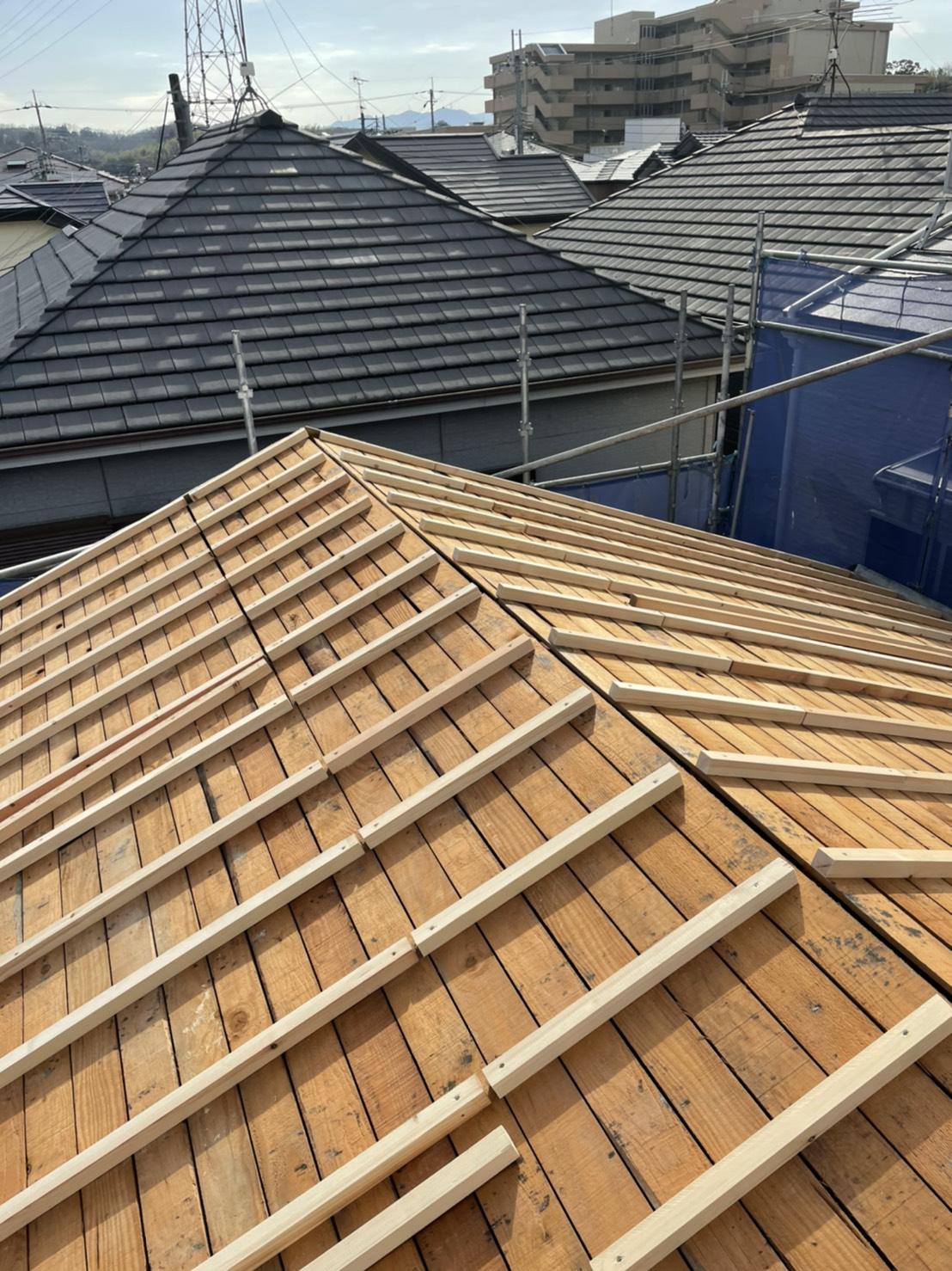 神戸市垂水区での屋根下地工事で垂木を取り付け終えた様子