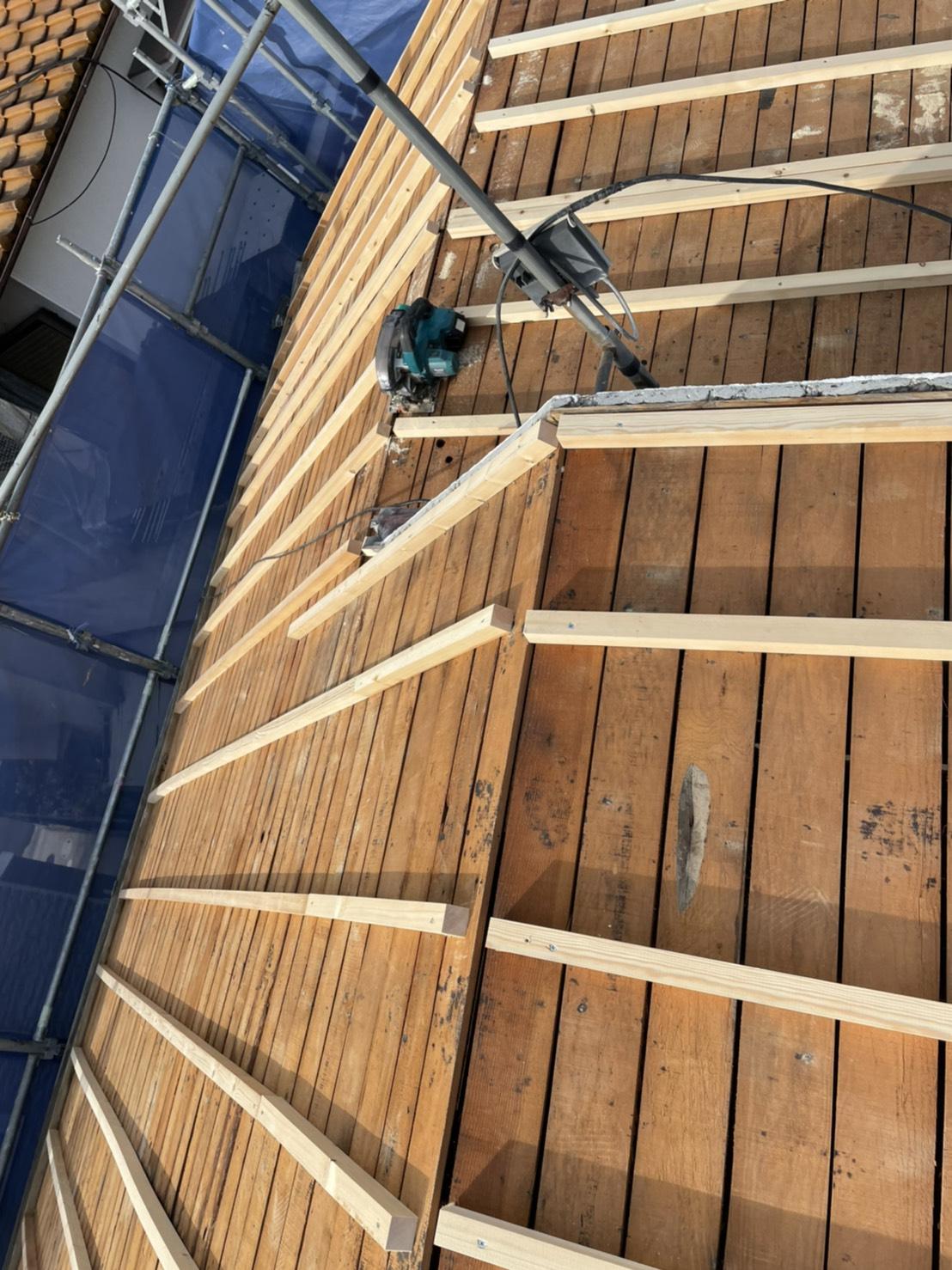神戸市垂水区での屋根下地工事で垂木を取り付けている様子