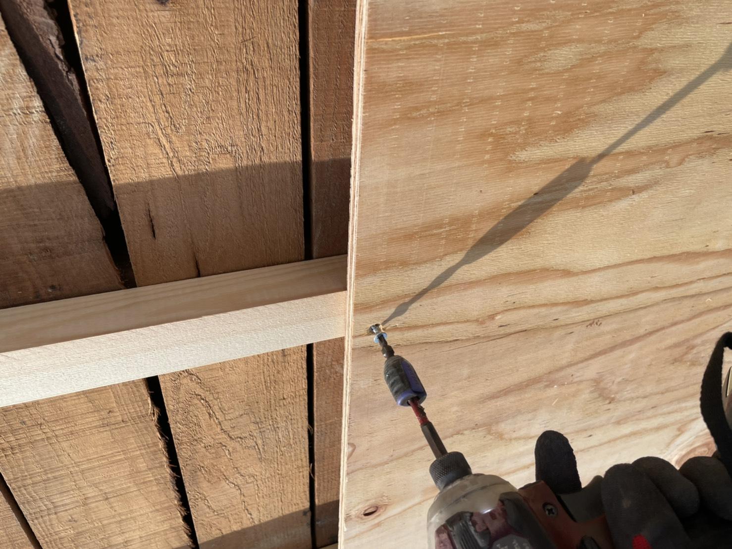 神戸市垂水区での屋根下地工事で下地用合板を取り付けている様子