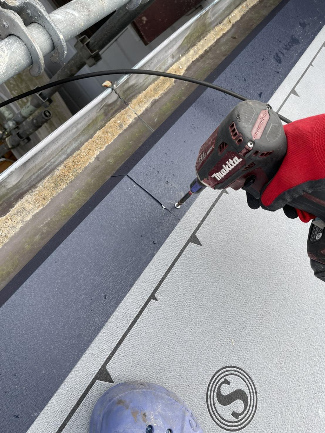 神戸市垂水区で行った屋根工事で軒先水切りを取り付けている様子