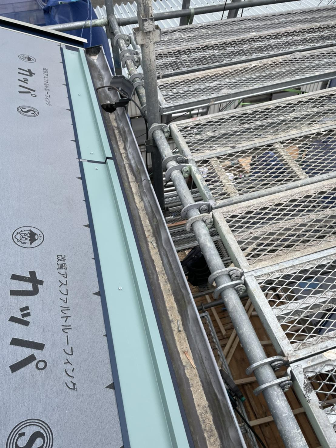 神戸市垂水区で行った屋根工事でスターターを取り付けている様子