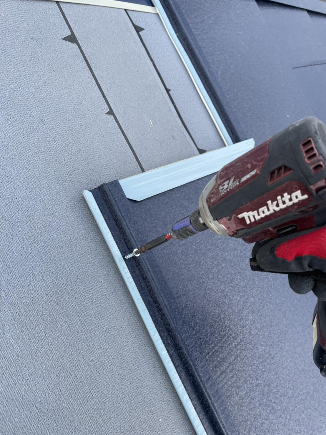神戸市垂水区で行った屋根工事で屋根材をビス止めしている様子