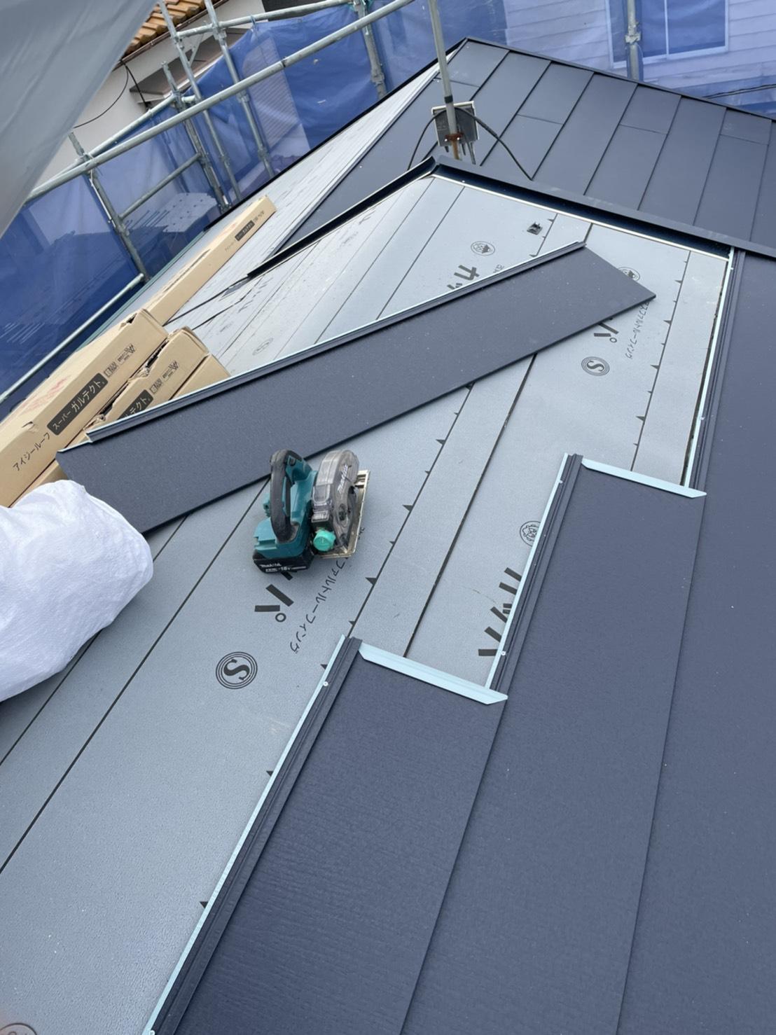 神戸市垂水区で行った屋根工事で屋根材を切断している様子