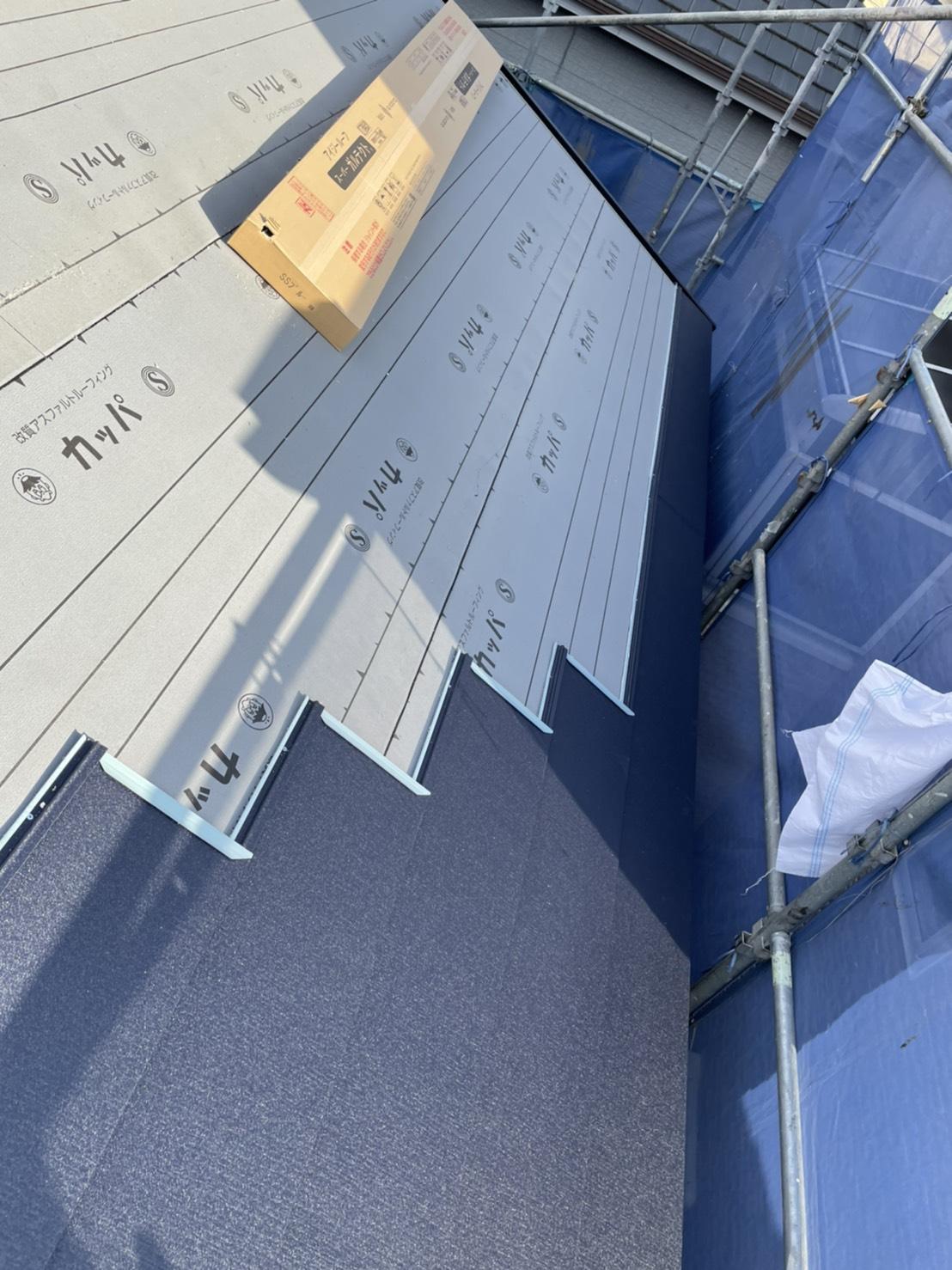 神戸市垂水区で行った屋根工事で屋根材を葺いている様子