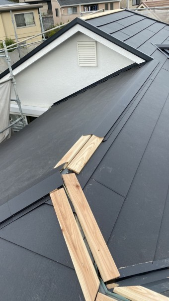 淡路市での屋根リフォーム工事で棟板金を取りつけている様子