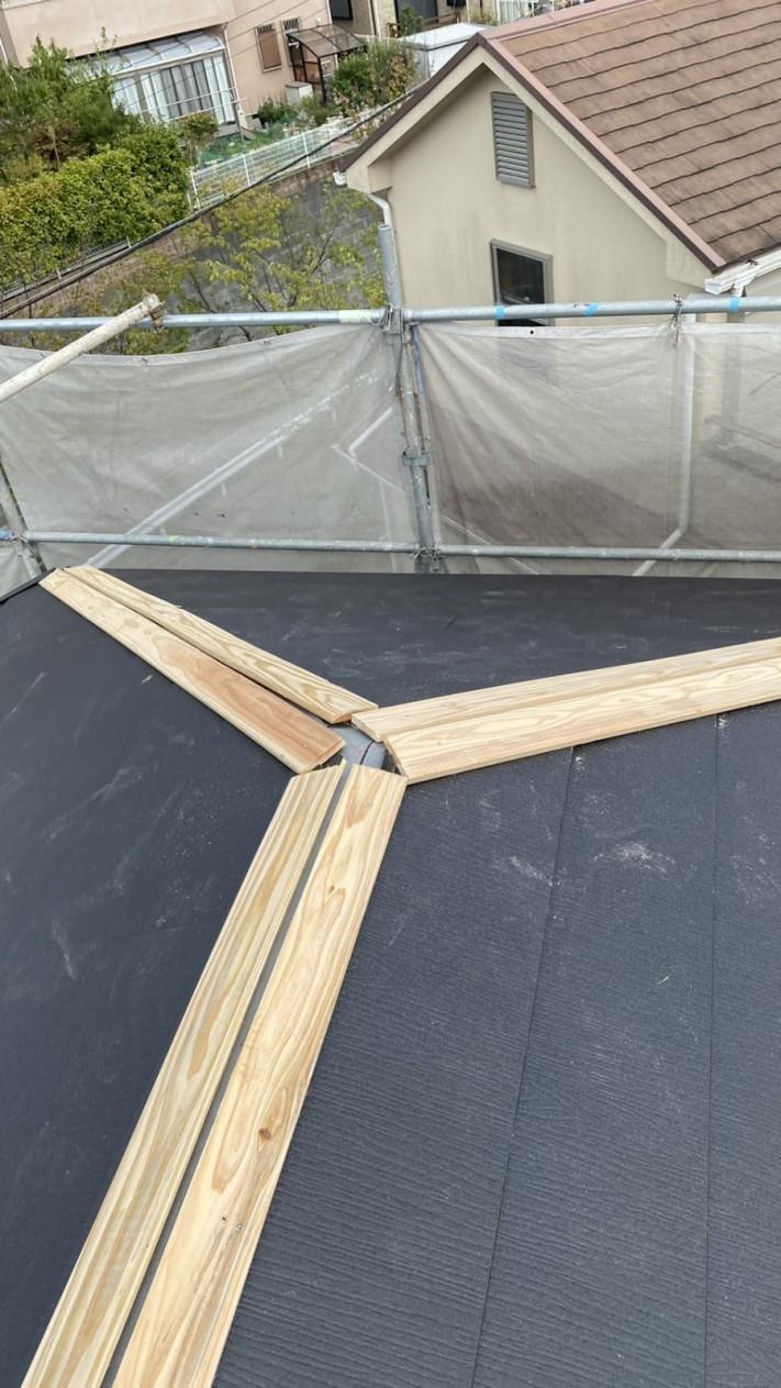 淡路市での屋根リフォーム工事で棟板金を取り付けている様子