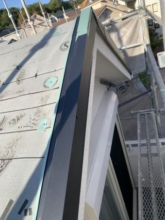 淡路市での屋根リフォーム工事で水切りを取り付けている様子