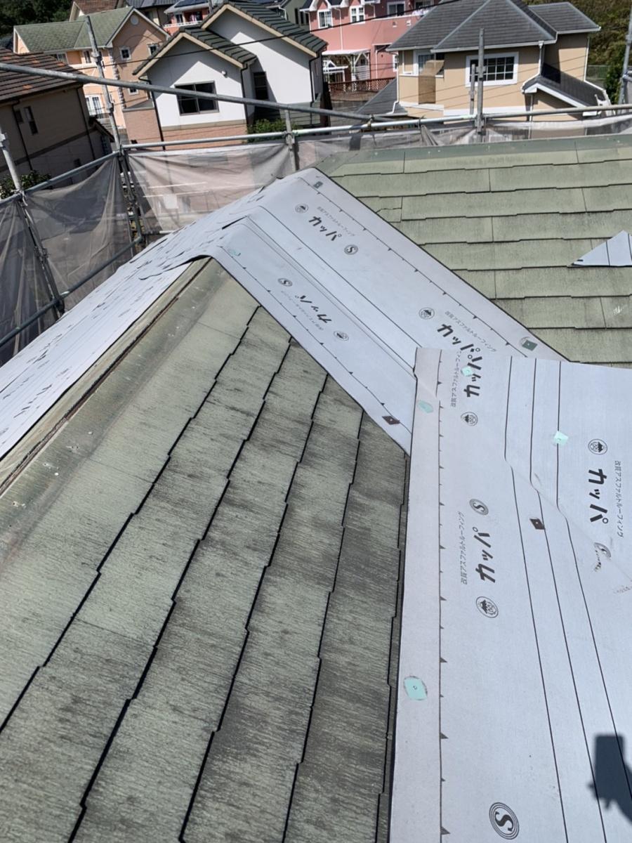 淡路市での屋根リフォーム工事で防水シートを貼っている様子