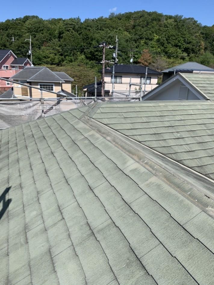 淡路市での屋根リフォーム工事で棟板金を撤去している様子