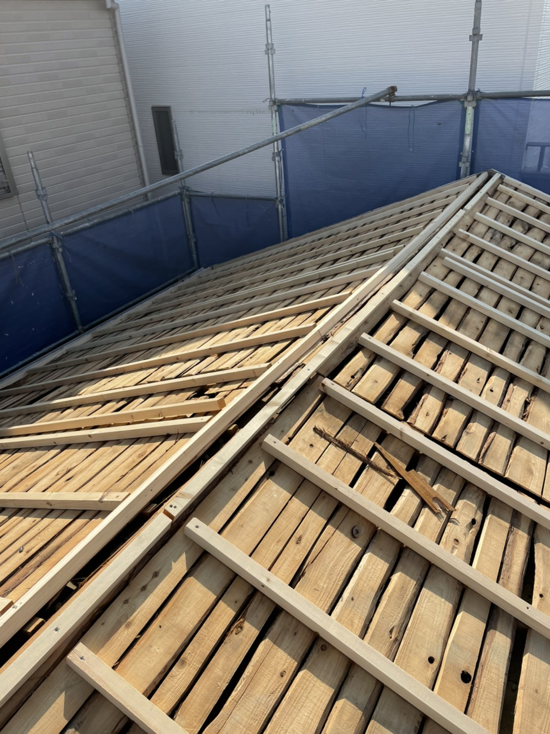 三木市での屋根葺き替え工事「通気工法」で垂木を取り付けている様子