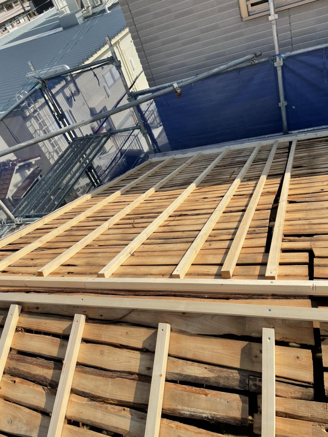 三木市での屋根葺き替え工事「通気工法」で垂木を使用し空気層を作ることで断熱効果が生まれる