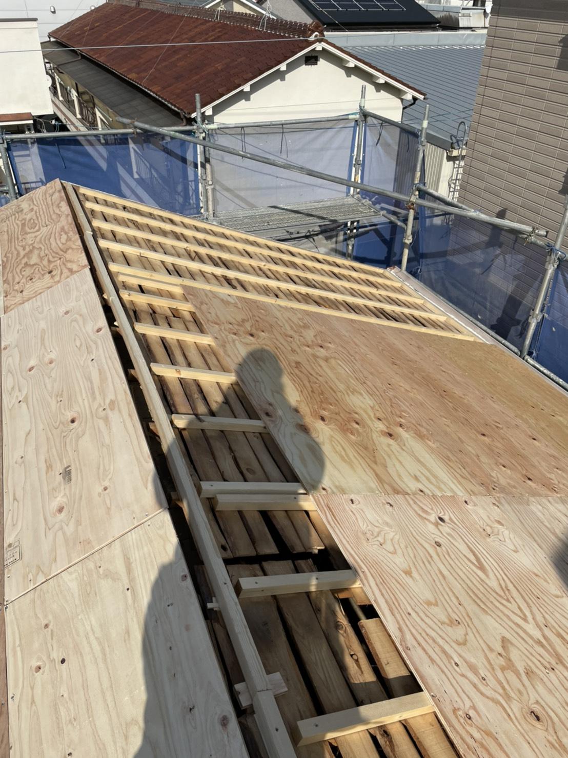 三木市での屋根葺き替え工事「通気工法」で下地用合板を貼っている様子