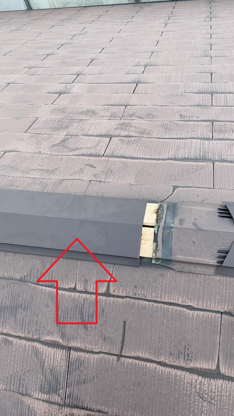 屋根補修で新しい棟板金を取りつけている様子