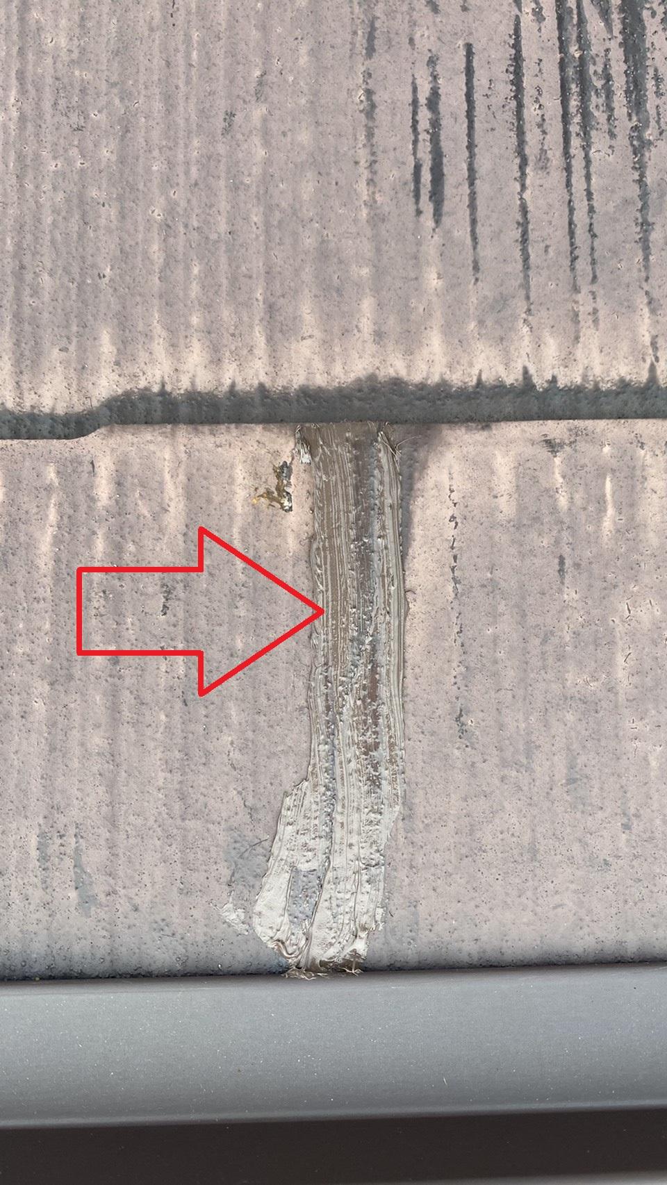 屋根補修でひび割れたスレート屋根にコーキングを打った様子