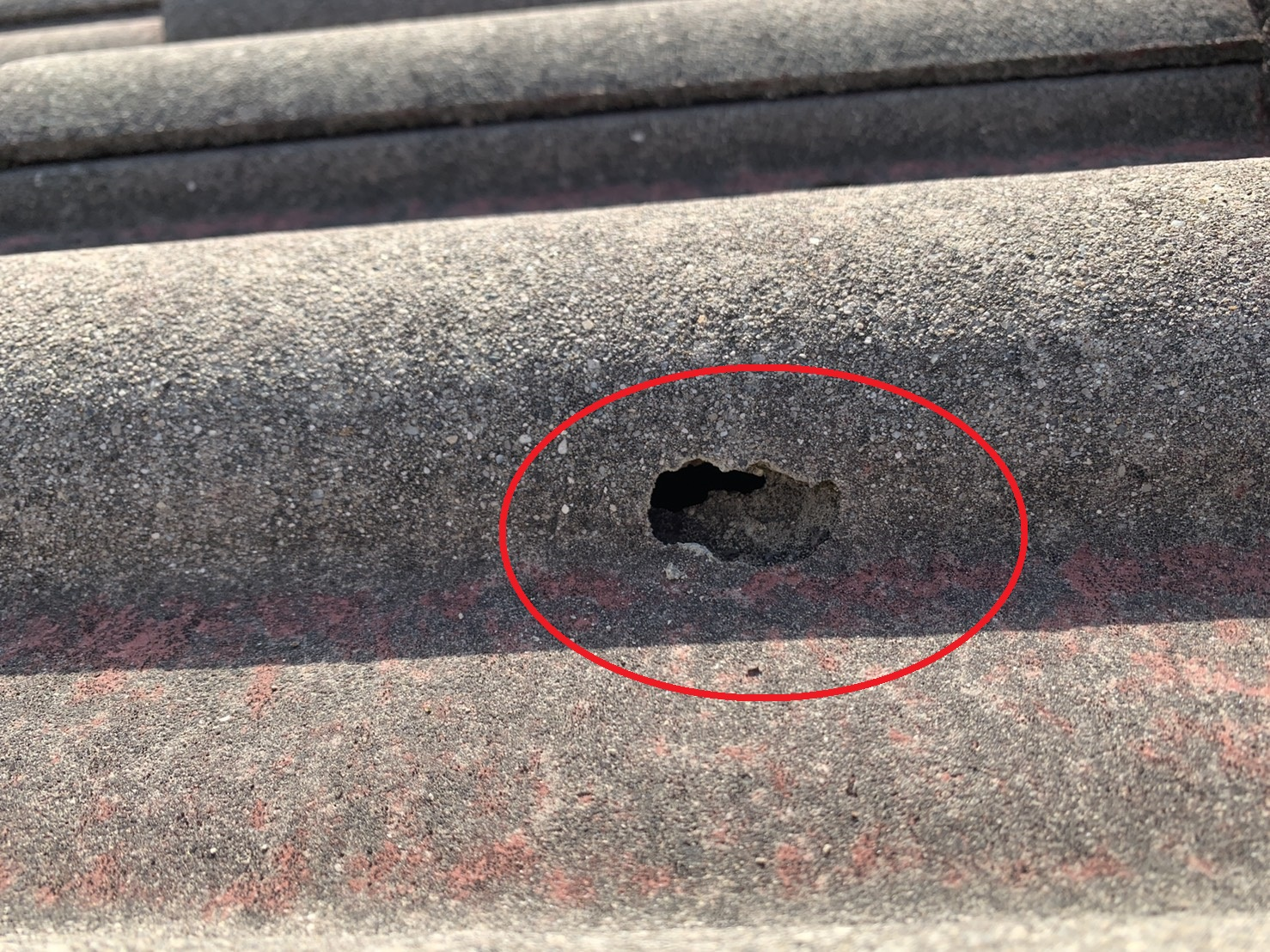 セメント瓦屋根に開いた穴