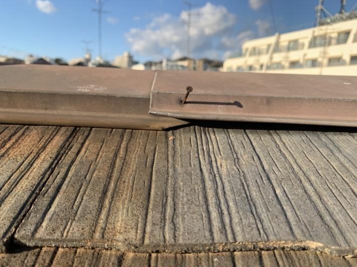 淡路市でのスレート屋根点検での棟板金の様子