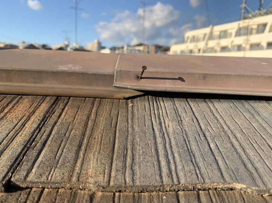 棟板金が飛散する原因となる棟板金の浮き