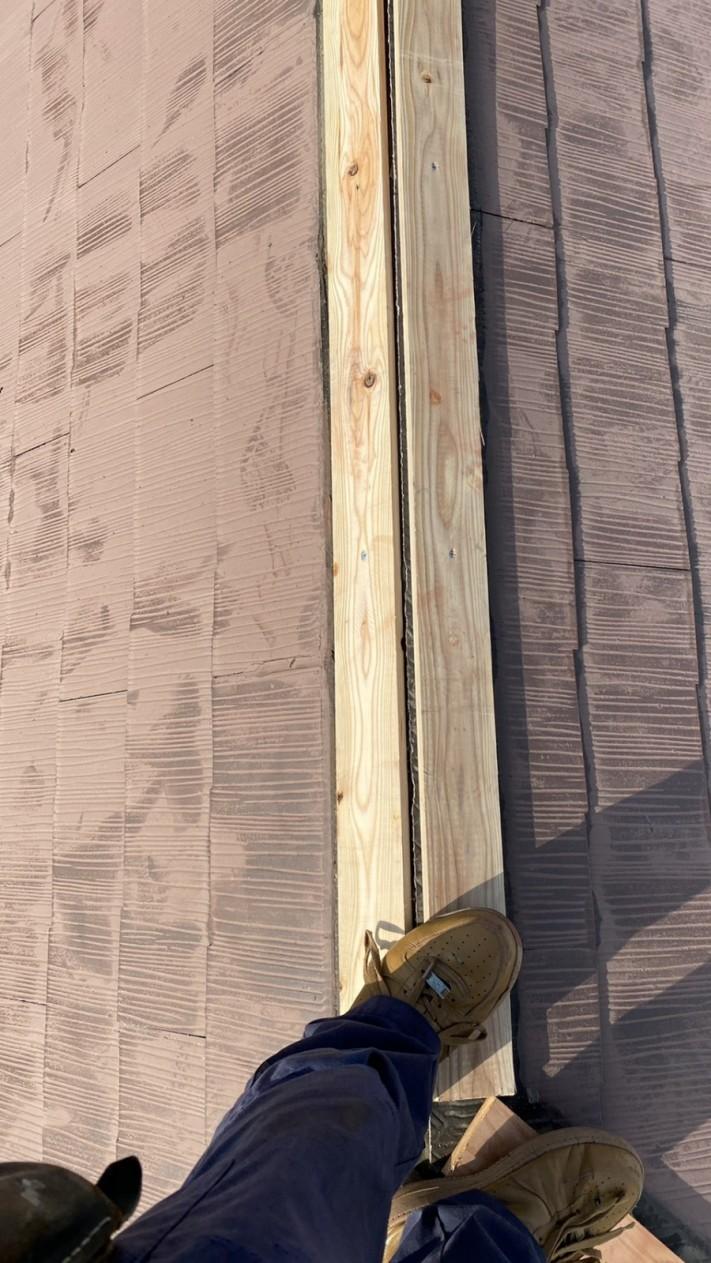 屋根修繕で棟木を取り付けている様子
