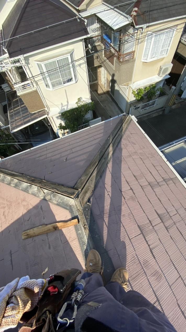 屋根修繕で棟板金を撤去した様子