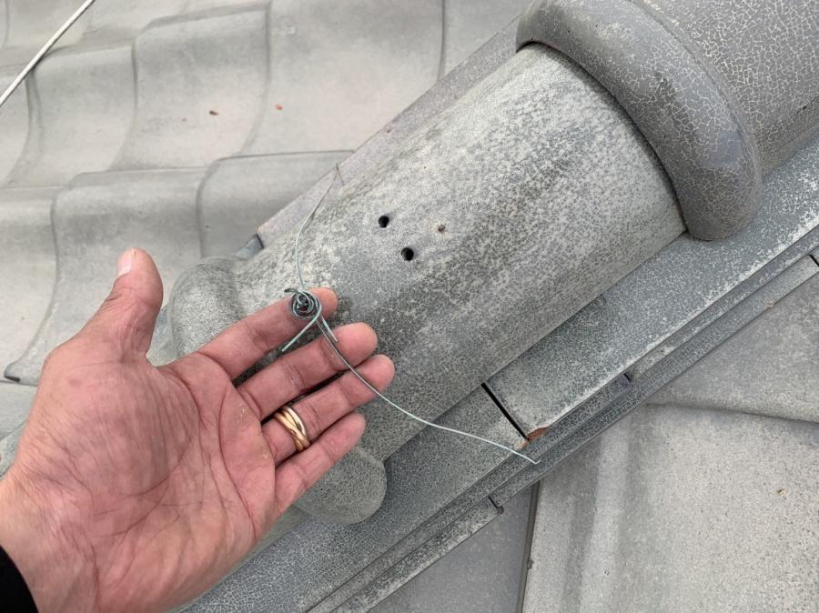 淡路市での雨漏り点検で棟瓦を固定している針金の様子