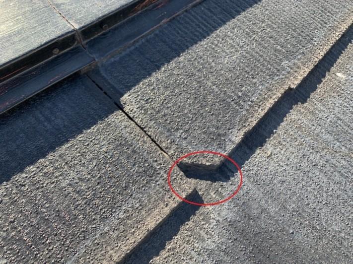 神戸市垂水区で台風被害にあった屋根の火災保険調査でスレート屋根が欠けている様子
