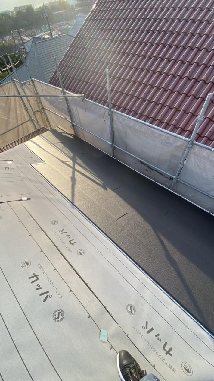 屋根葺きをしている様子