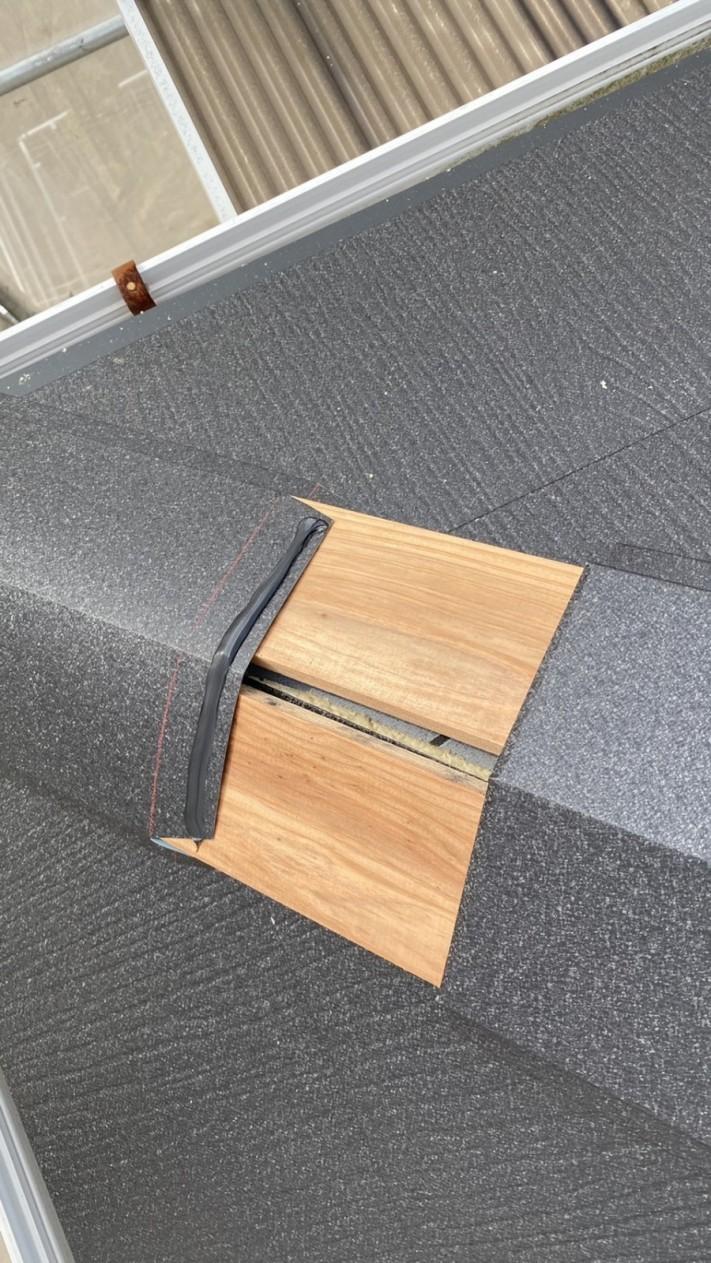 淡路市での屋根カバー工法棟板金を取り付けている様子