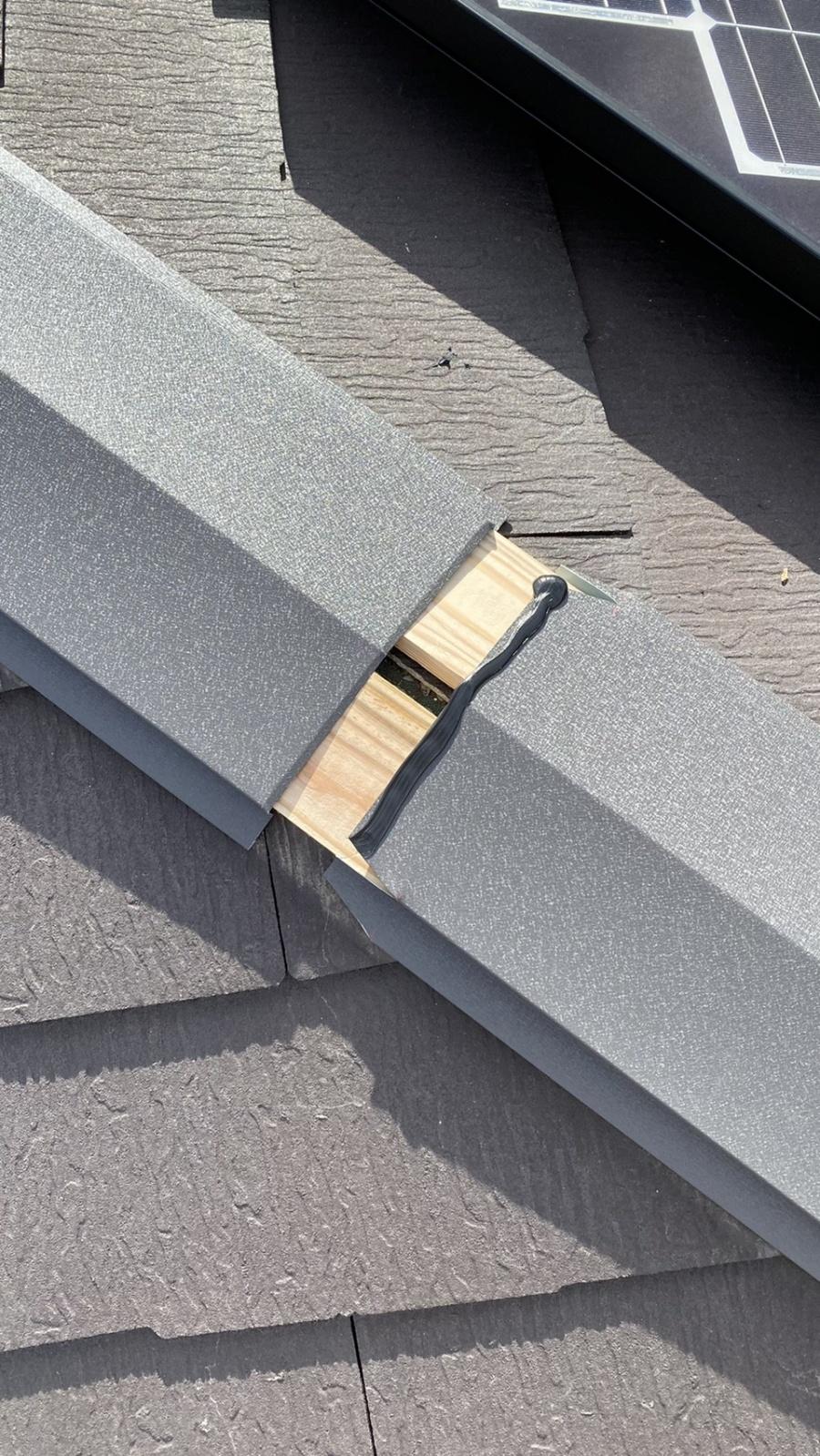 淡路市での屋根修繕で棟板金を取り付けている様子