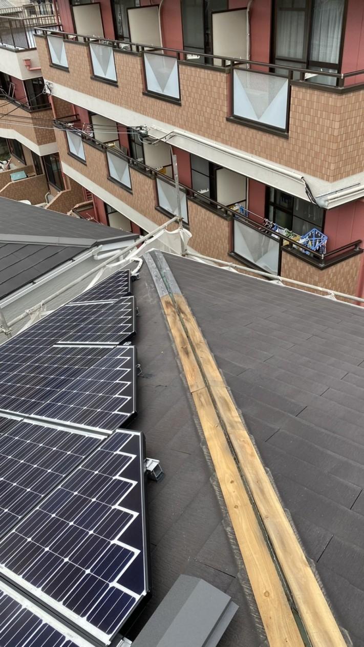淡路市での屋根修繕で棟板金を撤去している様子