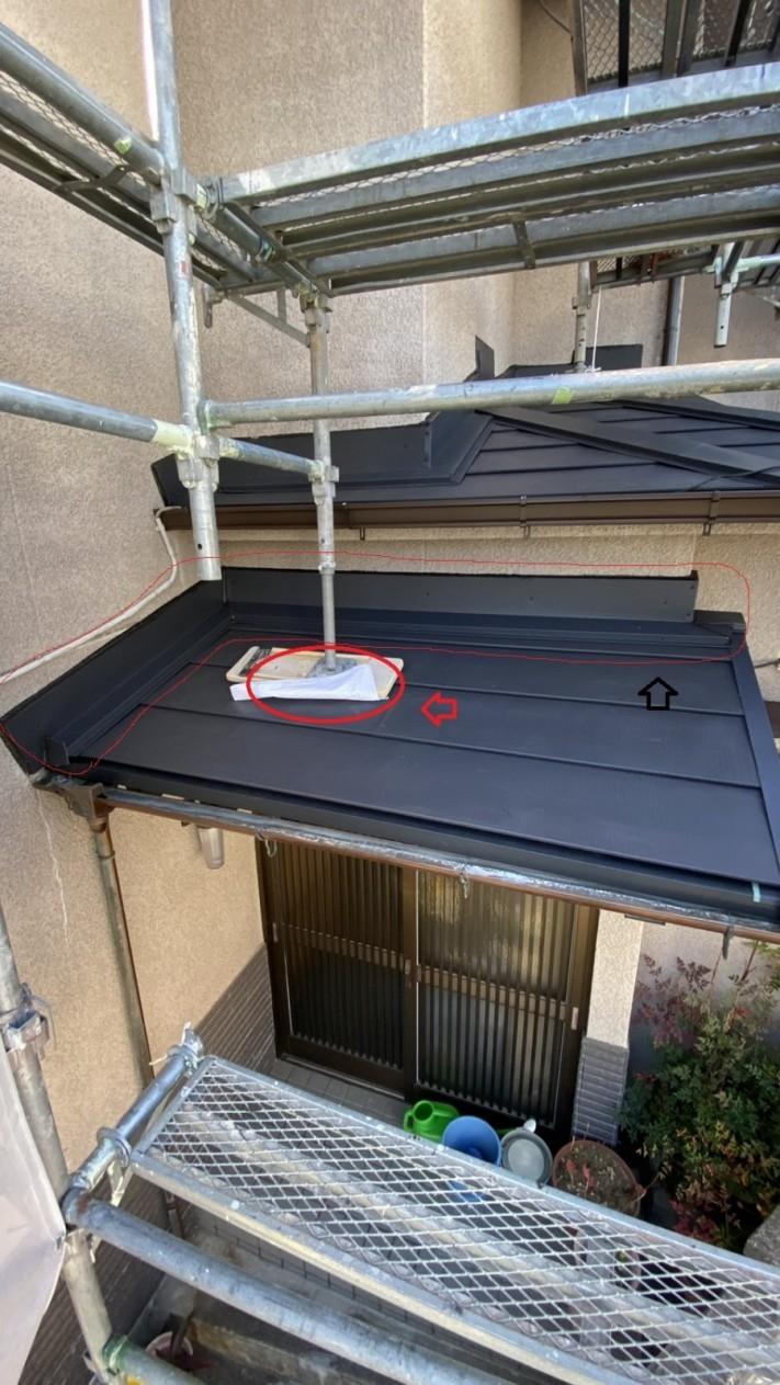 三田市での瓦屋根葺き替え工事で雨押え板金を取りつけている様子