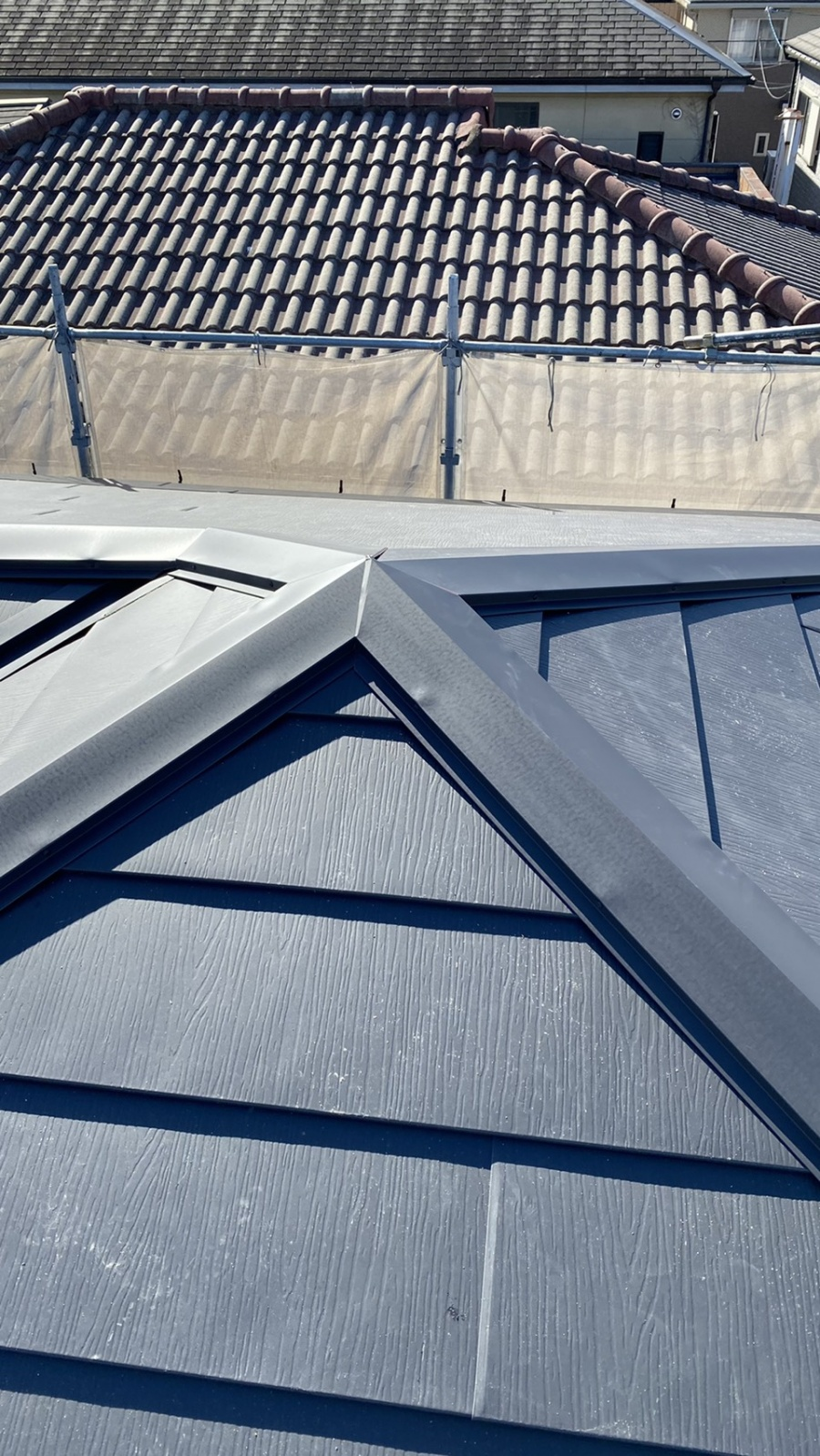 三田市での断熱効果を高める瓦屋根葺き替え工事で棟板金を取り付けた様子