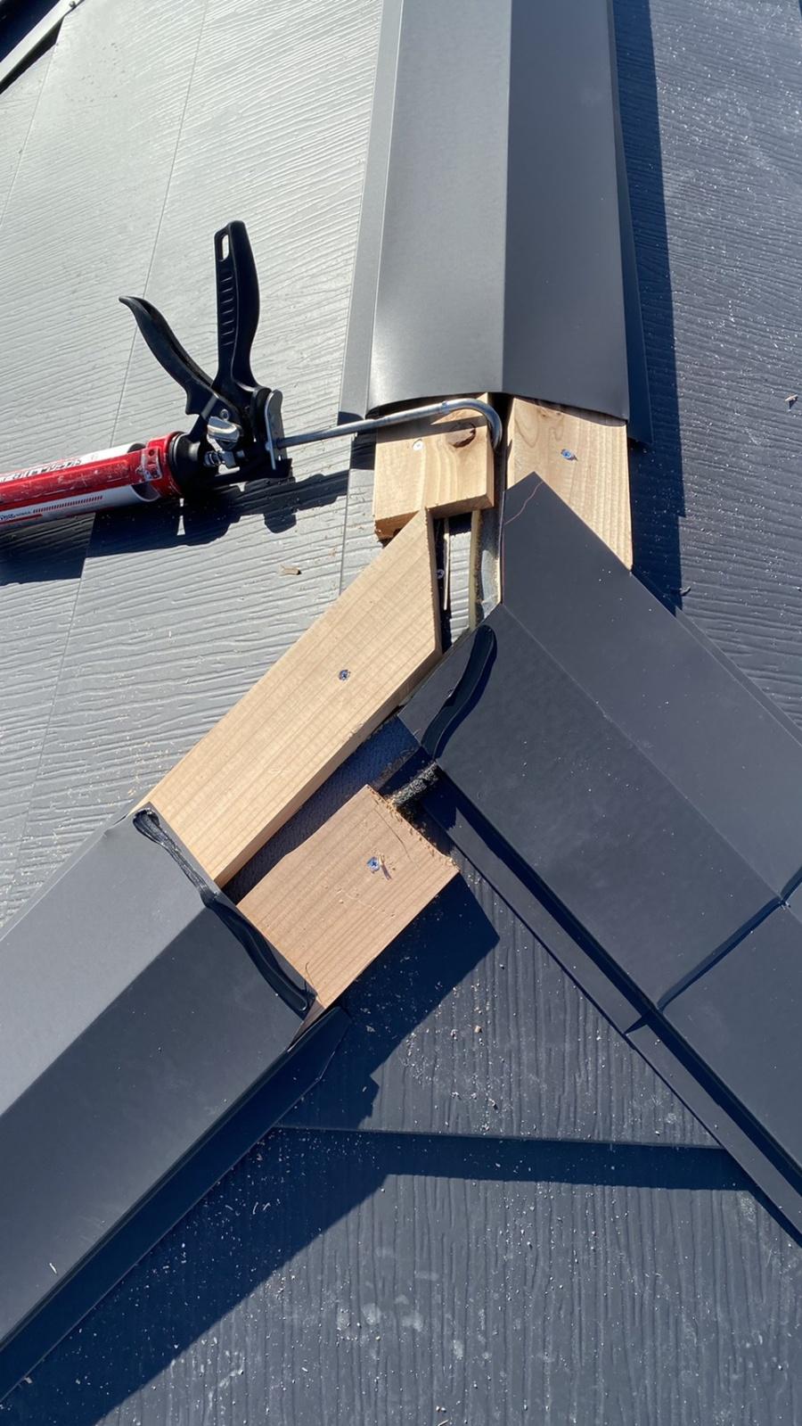 三田市での断熱効果を高める瓦屋根葺き替え工事で棟板金を取り付けている様子