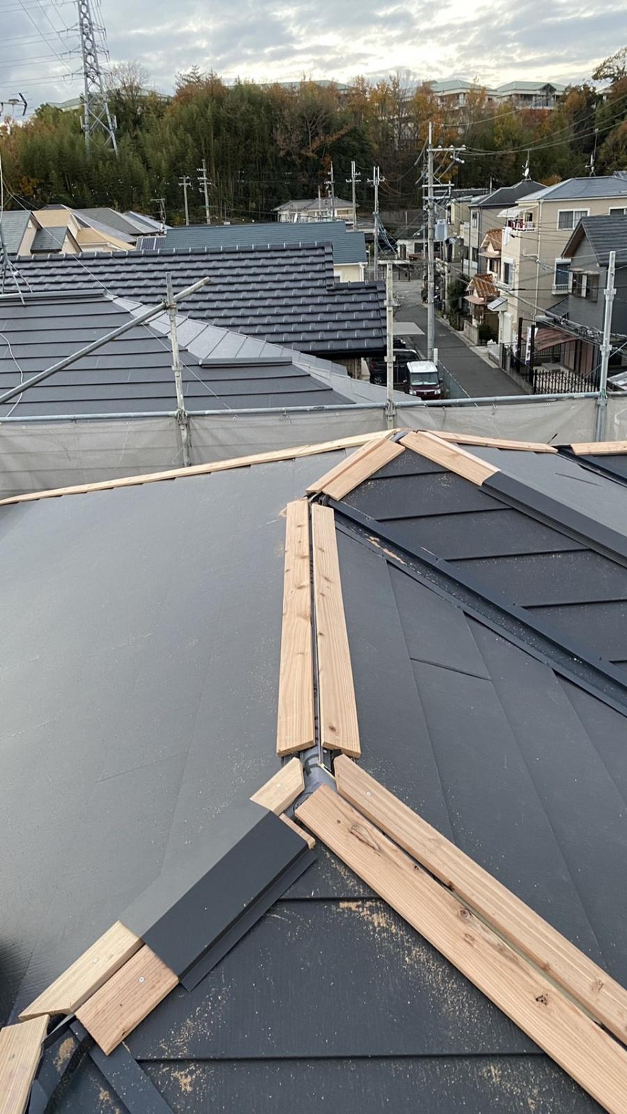 三田市での断熱効果を高める瓦屋根葺き替え工事で棟木を取り付けている様子