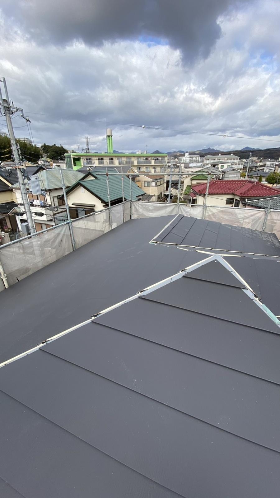 三田市での断熱効果を高める瓦屋根葺き替え工事で屋根を全て葺き終えた様子