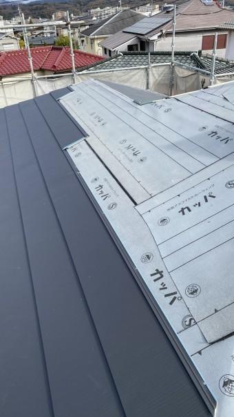 三田市での断熱効果を高める瓦屋根葺き替え工事で屋根を順番に葺いている様子